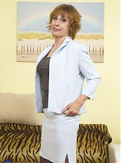 Reife Deutsche Hausfrau pisst aus dem Fenster